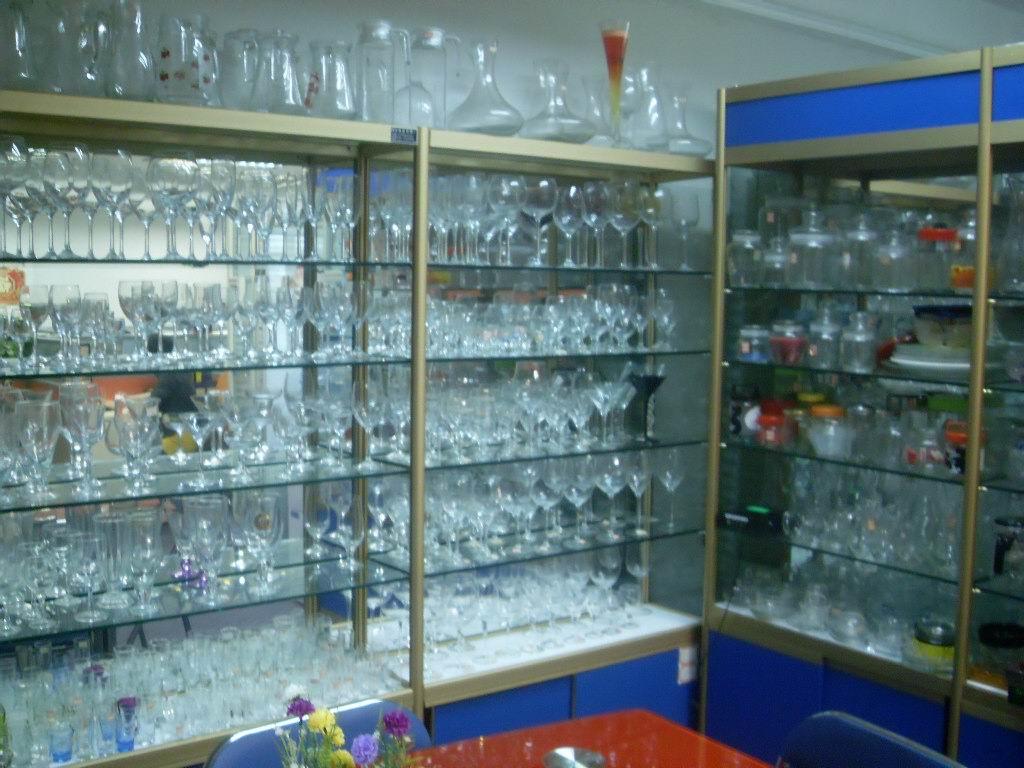 如红酒玻璃杯、玻璃水杯,威士忌酒杯,一口杯等玻璃杯,另外有香水玻璃瓶、精油玻璃瓶瓶,化妆品包装瓶、红白酒瓶、花瓶、储物瓶、醒酒器、凉水壶,平底玻璃杯。吹制玻璃杯,玻璃蜡台、 玻璃烟灰缸,玻璃管制瓶,各种玻璃、玻璃等千余个品种系列,万余个型号。产品畅销国内外。如欧洲、韩国、日本、新加坡、马来西亚、中东地区及港澳台地区,我们的产品广泛渗透在人们生活的每个细节中! 为了满足越来越多客户对产品的各种不同要求,我厂下设了丝印、喷漆、蒙砂、烤花、刻花、抛光等工艺的加工厂,我们有着先进的品质检验检测系统,保证每个出厂的