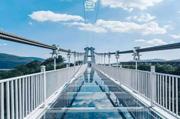 玻璃吊桥受到外国人质疑,不远万里来砸桥,结局让人很无奈