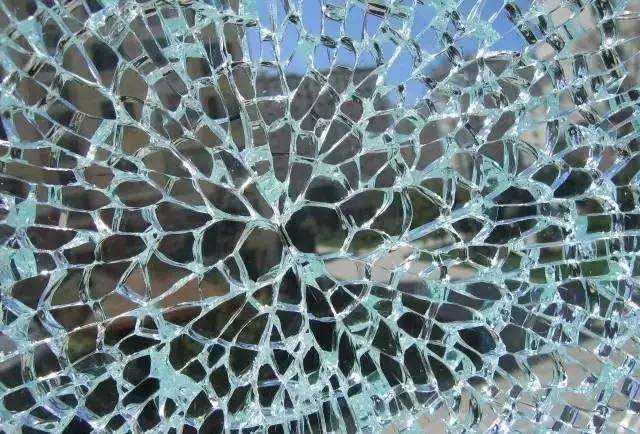 钢化玻璃会不会自爆?主要看有没有蝴蝶斑!