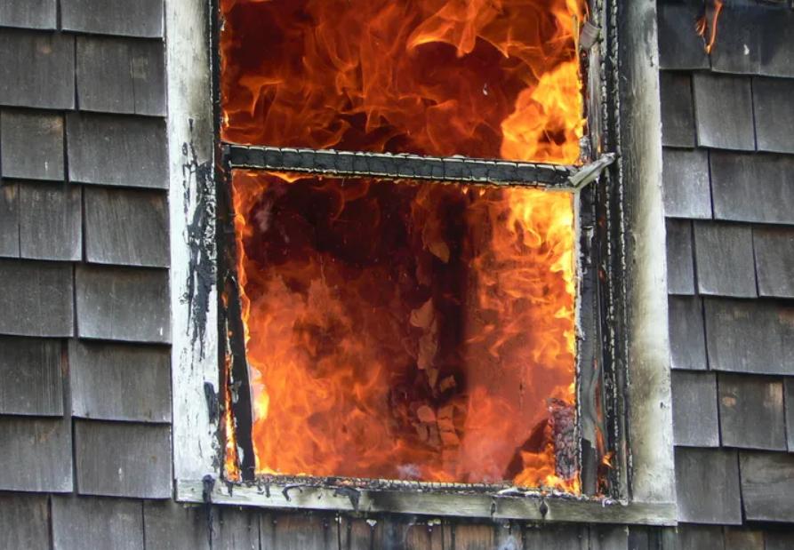 发生火灾时,玻璃会遇到火会发生什么?
