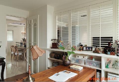 玻璃隔断装修效果图:卧室与书房中间采用玻璃隔断为其打造相对私