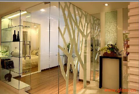 玻璃隔断效果图:玻璃隔断将餐厅与书房一分为二,也增添了整