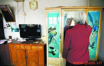 在村民贾景厚家,卫永生做的老柜子仍在使用,老伴儿任秀英仍习惯