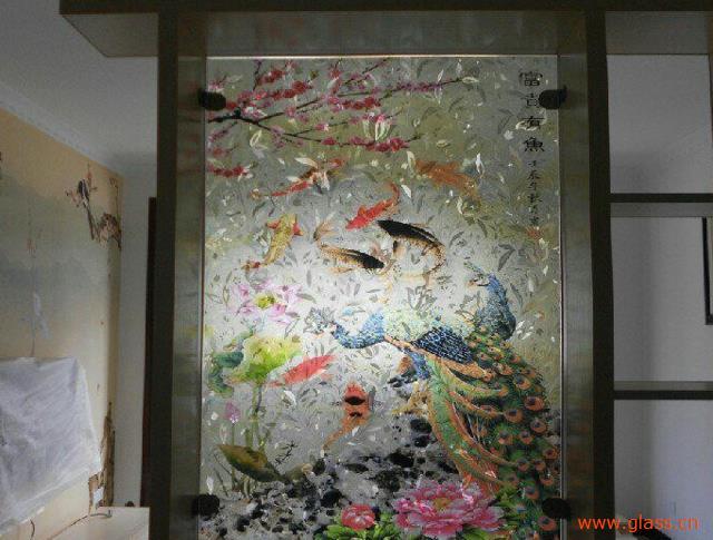 他说,早年的玻璃画题材多为风景,色彩鲜艳,光暗分明,结构突出,既