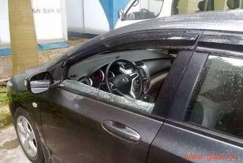 车钥匙被锁车里了, 砸哪块玻璃不心疼