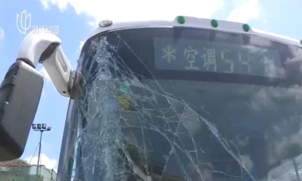 上海一男子打公交司机致车辆撞柱 玻璃全碎
