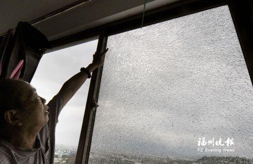 阳台玻璃疑因遭袭开裂 记者采访突遇险情被割伤