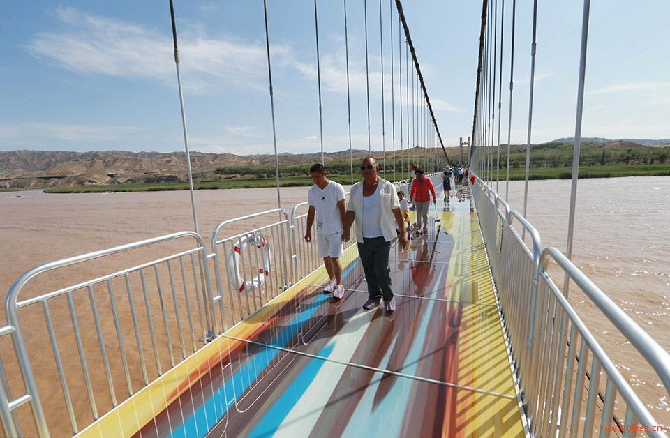 国内首座横跨黄河的3d玻璃桥 比张家界玻璃栈道恐怖1000倍图片