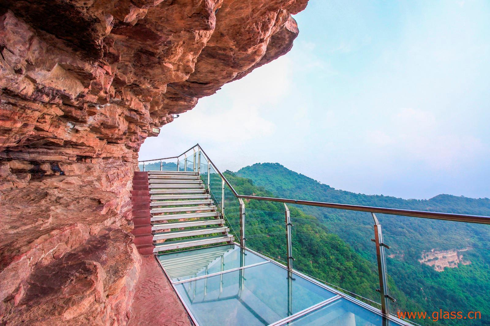 玻璃栈道坐落于邯郸武安京娘湖景区的最高处宋祖峰上云中寺的后方.