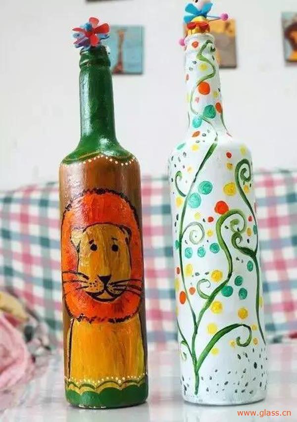 首先准备啤酒空瓶一个,刷上白色的颜料做底色.