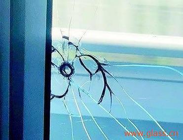 破裂的钢化玻璃