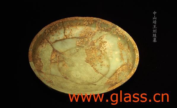 很多人可能误以为,直到近代,玻璃才由欧洲传入,从那一刻起中国人才见识到这种亮晶晶的人工制品。然而历史的真相却绝非如此,中国本土玻璃生产传统与外来物、外来技术的交相辉映,远超了我们想象的广度与深度。 早在春秋末年、战国初期,就有地中海地区生产的蜻蜓眼玻璃珠经过辗转的路线来到中国,受到国君与贵族们的珍视。当时,中国已经发展起相当成熟的玻璃制造工艺,在外来玻璃珠传入之后,立刻激发了仿制的热情,于是,本土制造的蜻蜓眼玻璃珠也出现了。 玻璃在中国文化中的起点相对于其他文明有一点不同,因为自古重视美玉,于是道士们