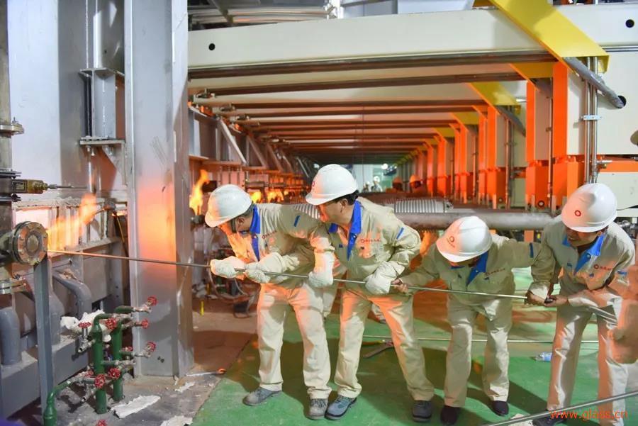 中国首条8.5代TFT-LCD玻璃基板生产线成功引板