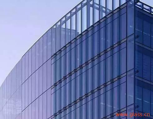 建筑用白玻价格环比上月有所上涨,产能降低1200万重箱 本周末全国建筑用白玻均价1632元,环比上月上涨42元,同比去年上涨-41元。月末浮法玻璃产能利用率为69.40%,环比上月上涨-0.90%,同比去年上涨-3.08%;剔除僵尸产能后玻璃产能利用率为82.60%,环比上月上涨-1.08%,同比去年上涨-4.17%。在产产能92610万重箱,环比上月增加-1200万重箱,同比去年增加-3090万重箱。月末行业库存3718万重箱,环比上月增加-86万重箱,同比去年增加605万重箱。月末库存天数14.65