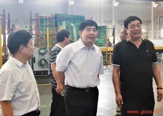 张佰恒及晋占平等前往沙玻院与河北鑫利玻璃有限公司调研