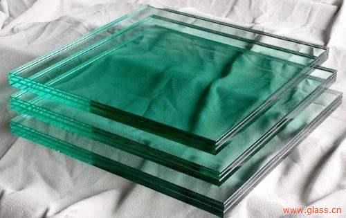 胶片在切割时被拉扯,切割后胶片回缩,造成某些边部没有胶片;加工过程的关键是要确保玻璃与PVB之间加热均匀和充分的排气,如果滚压滚轴不平和加热不均匀,预压排气过程可能会导致排气不足或胶片过早封边,由于残留气泡、胶片厚度不均和杂质可能会导致诸如曲线、暗条纹和斑点之类的视觉缺陷。 解决方法:在处理胶片时,重点是将胶片平整放在玻璃上,并且确保胶片之间没有褶皱。进入高压釜之前,将夹层玻璃表面温度保持在21℃—27℃,能够有助于避免褶皱的产生并且可以减轻视觉缺陷。