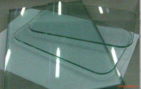 玻璃不但通透明净,而且强度与硬度都很高,是日常生产与生活中不可或缺的一种材料。玻璃种类丰富,除了较常见的浮法玻璃、钢化玻璃以外,还有热熔玻璃、夹胶玻璃、磨砂玻璃等拥有特殊性能的品种。想要了解怎么确定钢化玻璃的真伪,以及钢化玻璃3C标志是什么颜色的,读完这篇文章就知道了。 一、怎么确定钢化玻璃的真伪 钢化玻璃是将普通退火玻璃先切割成要求尺寸,然后加热到接近的软化点,再进行快速均匀的冷却而得到。钢化处理后玻璃表面形成均匀压应力,而内部则形成张应力,使玻璃的性能得以大幅度提高,抗拉度是后者的3倍以上,抗冲击