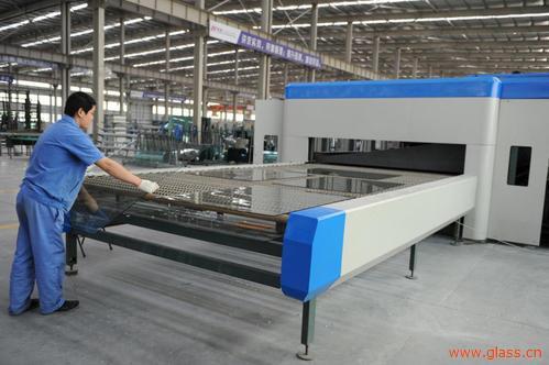 1、对于钢质辊道主要是经过了特殊处理,且在它的表面上还有仿伦护面,从而可以更好的避免玻璃在辊道上出现有被划伤的现象,且还能起到很好的固定作用, 确保了玻璃的稳定,提高了玻璃表面质量。 2、风嘴结构主要是利用流体力学原理来制作而成的,且在设计过程中已经经过了大量的计算、试验等得到了已经优化过的非常精确的尺寸,因此,可以更好的确保玻璃的质量。 钢化设备的放片段的特点: 1、放片段的前端传动主要是使用钢质材料制作而成的胶面辊道,且这胶面主要是采用高密度NBR天然橡胶材料制作而成的,不仅可以较好的减缓放片时