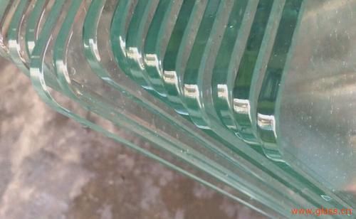 一般玻璃切割完成后我们都需要对其进行倒棱,这是为了去除玻璃切割时造成的锋利边缘。倒棱一般也被称作倒角,这一玻璃深加工中一道重要的工序。 玻璃切割完成后,边缘一般比较锋利的,这对于搬运、后期加工或安装都不方便,很容易刮伤人手。同时,玻璃切割完后,边角处是非常多微裂纹的,这些裂纹对玻璃的的寿命是影响极大的,微裂纹在使用过程中会慢慢扩大,最后造成整片玻璃破损。 为了去除玻璃切割后残留的微裂纹和避免锋利的边缘划伤人体,我们需要对玻璃进行倒棱。通过到棱,可以去除玻璃边缘微小的微裂纹,同时使边缘变得更光滑,有效的