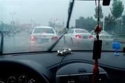 如何正确去除车窗薄雾?