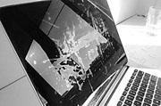 MacBook屏幕背光出现不均 看起来很像舞台灯光